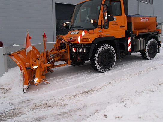 Snow plow with blade ski